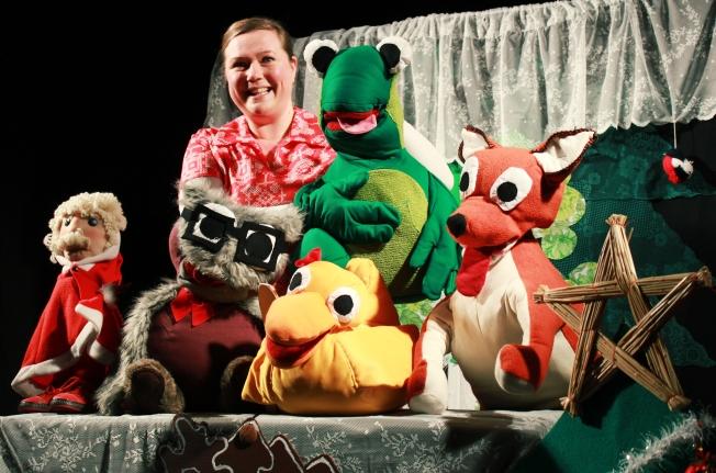 Näyttelijä-nukettaja Pia Leinonen sekä Soiva Sammakko, Topi Tonttu, Petula Pöllö, Amalia Ankka ja Keijo Kettu. Kuva Joni Tiala
